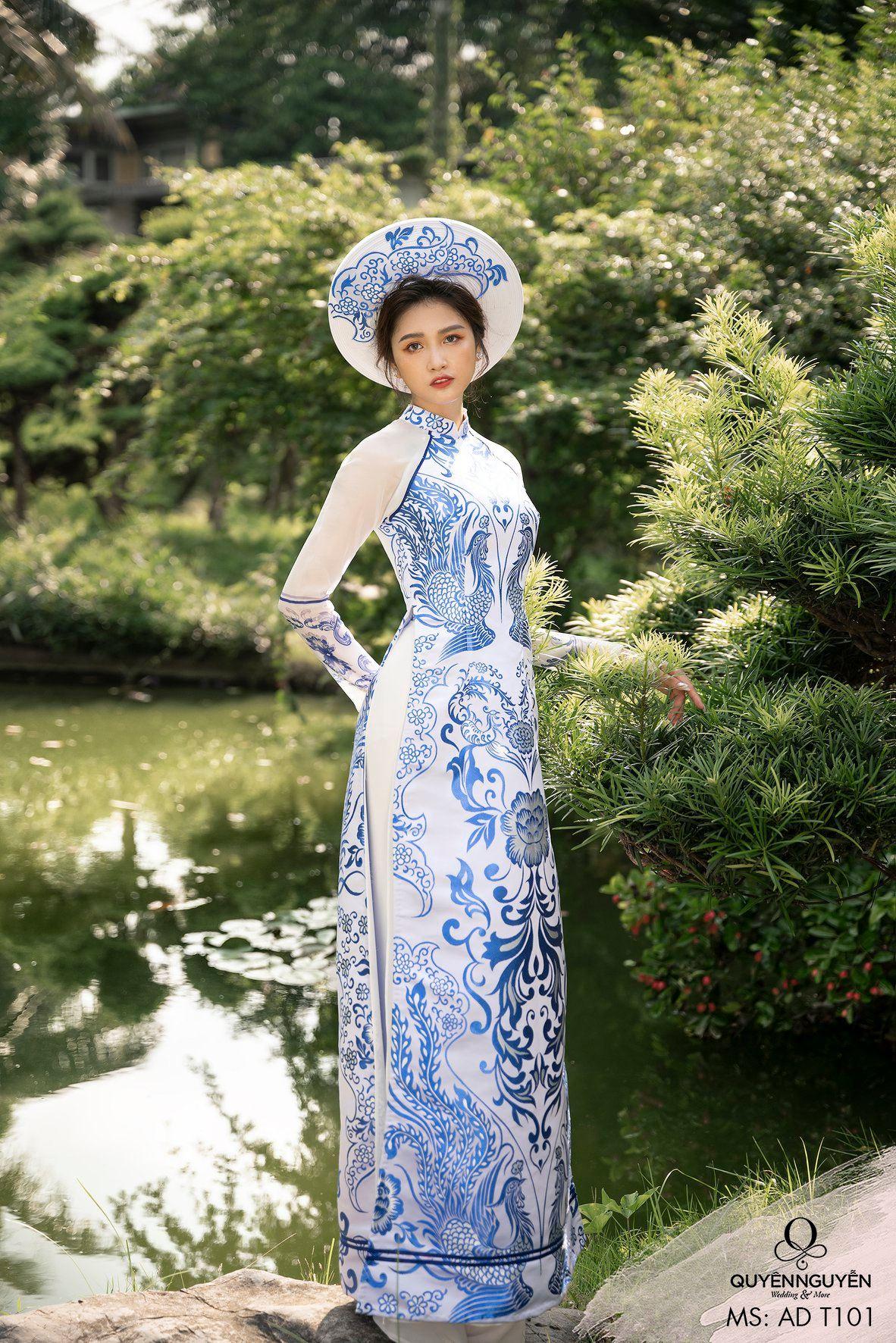 Áo dài gấm trắng họa tiết xanh nổi bật