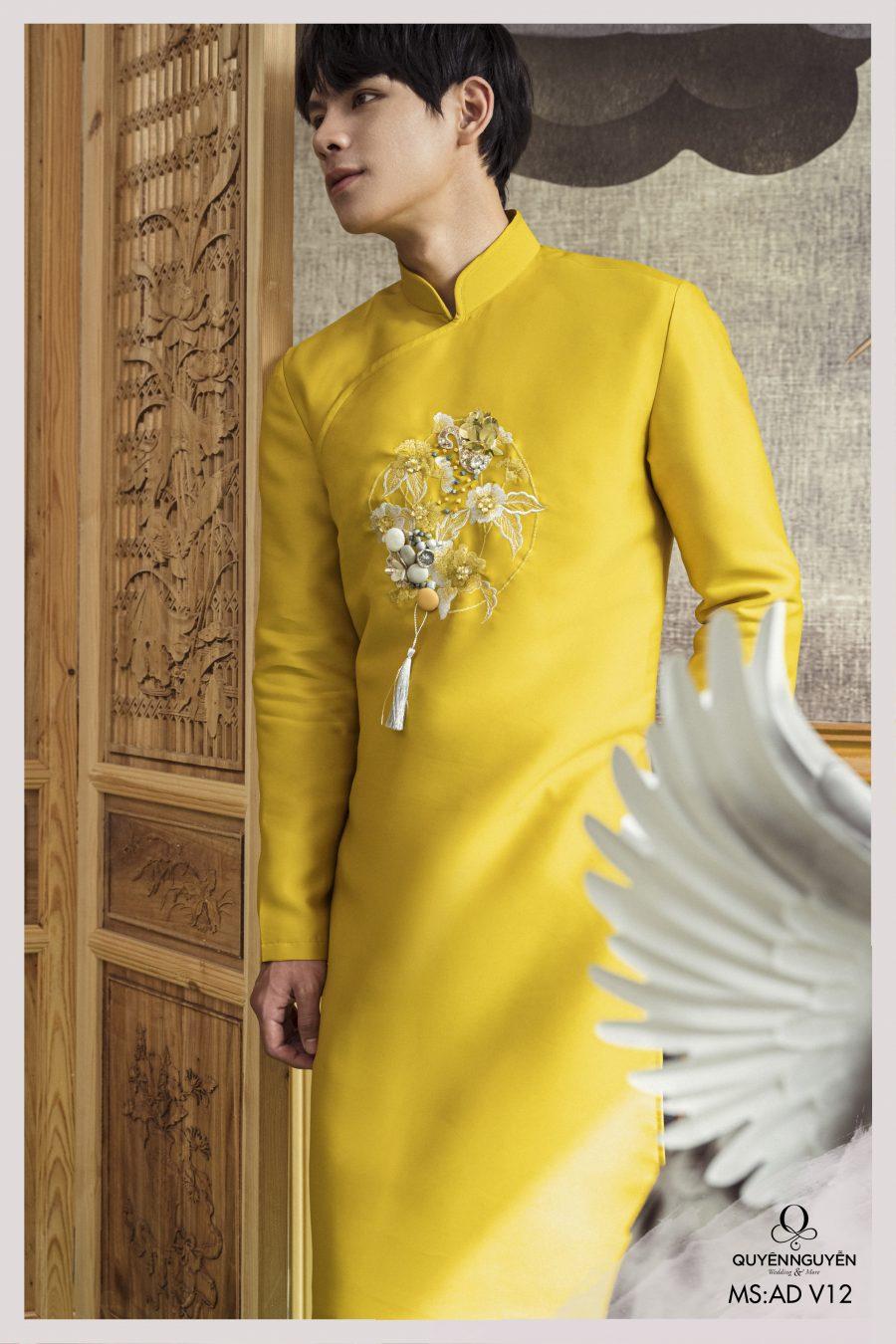 Áo dài nam màu vàng họa tiết chim khổng tước kết hợp đính kết hoa 3D ADNV12